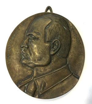 D/ Benito Mussolini (1883-1945), Duce d'Italia. Grande placca 25 x 23,5 cm in bronzo con appiccagnolo con busto del Duce volto a sinistra.  D/ LA PAROLA D'ORDINE E' QUESTA ANDARE INCONTRO AL POPOLO.   AE.      qSPL.
