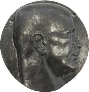 D/ Pietro Badoglio (1871-1956), Generale e Politico, Maresciallo d'Italia, Senatore e Capo del Governo dal 25 luglio 1943 all'8 giugno 1944. Grande placca rotonda con volto a destra.     AE.   mm. 200.00   Quattro fori di appensione, due con saldature dell'epoca SPL.