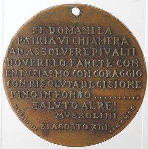 R/ Medaglie. Medaglia Mussolini. Br. CREDERE OBBEDIRE COMBATTERE. Opus Rivolta. Diametro mm. 40. BB+. Forata.