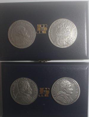 D/ Medaglie. Lotto di 4 riproduzioni della Zecca dello Stato. Ag. 835. 3 Piastre papali, 2 di Innocenzo XI e 1 di Urbano VIII e un Ducatone di Mantova. Peso totale ca 122 gr. In astucci da due pezzi.