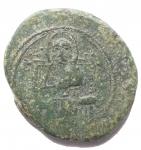 R/ Zecche Italiane - Messina.Ruggero II, Duca Normanno (1105-1154).Follaro piatto con Ruggero e Redentore.Sp. 53. MEC 162/164. Travaini 175. D'Andrea-Contreras 206.AE.g 4.60.mm 19,8 x 17,8. Buon BB+. Bella patina verde.RR. Per quanto riguarda le monete che riportano la sigla R II l'attribuzione rimane ancora incerta. Questo perché Ruggero, che ottenne il titolo di secondo Duca d'Apulia nel 1127, risulterebbe citato come 'secondo' da alcuni documenti e tarì in oro già prima del 1127. Travaini (1995) propone la concavità come probabile segno distintivo tra le monete di Ruggero II e quelle del padre Ruggero I.