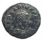 D/ Impero Romano. Arcadio. 388-392 d.C. AE4. D/ D N ARCADIVS P F AVG, Busto diademato verso destra. R/ SALVS REIPVBLICAE, La Vittoria avanza verso sinistra, guardando indietro, con trofeo sulle spalle e prigioniero, chi-rho nel campo, CONSG in ex. Zecca di Constantinopoli. RIC IX 86c. Peso 1,65 gr. Diametro 12,97 mm. BB+.