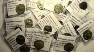 obverse: Lotti, Impero Romano composto da 45 pezzi di cui : 21 Antoniniani di cui 15 in Ag e 6 in Ae, sono presenti 9 Gordiano III , 2 di Filippo I, 1 Treboniano Gallo, 1 Valeriano I, 1 Salonino e 1 di Salonina, 2 Aureliano, 1 Probo, 1 Claudio II, 2 Gallieno, 13 denari di cui 2 repubblicani ( 1 suberato ) e 11 imperiali di cui 1 Traiano, 1 Adriano, 6 Antonino Pio, 1 Faustina I, 2 Commodo e 11 Follis in Ae 2 Costantino I, 3 Costantino II, 1 Licinio, 1 Graziano, 1 Costanzo Gallo, 1 Crispo, 1 Giuliano II e 1 Valente, molto interessante per varietà di nomi e periodo, conservazione media MB+