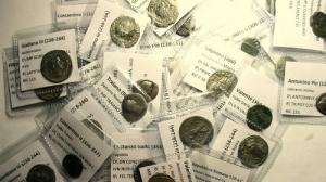 reverse: Lotti, Impero Romano composto da 45 pezzi di cui : 21 Antoniniani di cui 15 in Ag e 6 in Ae, sono presenti 9 Gordiano III , 2 di Filippo I, 1 Treboniano Gallo, 1 Valeriano I, 1 Salonino e 1 di Salonina, 2 Aureliano, 1 Probo, 1 Claudio II, 2 Gallieno, 13 denari di cui 2 repubblicani ( 1 suberato ) e 11 imperiali di cui 1 Traiano, 1 Adriano, 6 Antonino Pio, 1 Faustina I, 2 Commodo e 11 Follis in Ae 2 Costantino I, 3 Costantino II, 1 Licinio, 1 Graziano, 1 Costanzo Gallo, 1 Crispo, 1 Giuliano II e 1 Valente, molto interessante per varietà di nomi e periodo, conservazione media MB+