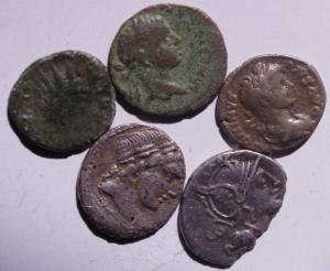 obverse: Lotti.Mondo Romano.Lotto di 5 monete tra cui 3 denari repubblicani e 2 monete in ae, mediamente MB+.w