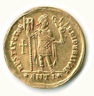 R/ Roma - Valentiniano I (364-375) - Solido zecca Antiochia; D/ Busto diademato; R/ Imperatore stante con vittoriola - Particolarmente rara l'emissione con croce nel campo e il nome di zecca compreso tra due stelle - Cohen 24 e segg. SPL