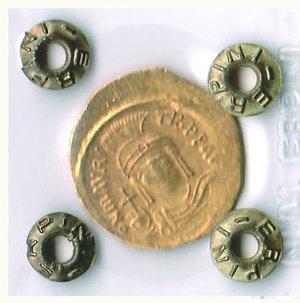 D/ MAURIZIO TIBERIO (582-602) - Solido; D/ Busto elmato di fronte; R/ Vittoria stante con croce e globo crucigero - Periziata Erpini - Ratto 997. - - AU - BB+