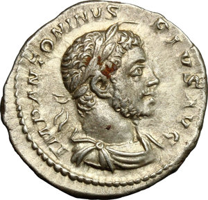 D/ Elagabalus (218-222). AR Denarius, Antioch mint, 218-222.  D/ Bust right, laureate, draped, cuirassed. R/ Emperor standing right, sacrificing over altar and holding club. RIC 194. AR. g. 3.03  mm. 19.00    About EF.