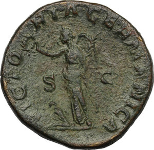 R/ Maximininus Thrax (235-238). AE Sestertius, 236-238.  D/ Bust right, laureate, draped, cuirassed. R/ Victoria standing left, holding wreath and palm-branch; to feet, seated captive. RIC 90. AE. g. 21.41  mm. 29.00   Earthy green patina. About VF.