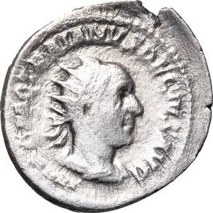 D/ Trajan Decius (249-251). AR Antoninianus, 249-251.  D/ Bust right, radiate, draped, cuirassed. R/ Genius standing left, holding patera and cornucopiae; behind, standard. RIC 18. AR. g. 3.22  mm. 23.00    Good F.