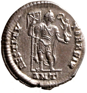R/ Valens (364-367). Antiochia. Siliqua. DN VALENS AVG Pearl-diademed, draped, and cuirassed bust right R/ RESTITV-TOR REIP Emperor standing facing, head right, holding labarum and Victory on globe; ANT in exergue.  RIC 7b AR g. 2,14. EF