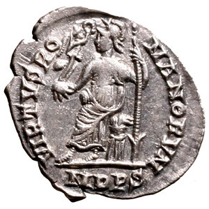 R/ Arcadius (383-408). Mediolanum. Siliqua. D N ARCADI - VS P F AVG, diademed, draped and cuirassed bust r. R/ VIRTVS RO - MANORVM, Roma seated l. on cuirass, holding spear and Victory on globe in ex. MDPS in exergue. RIC 32b AR g. 1,34. EF