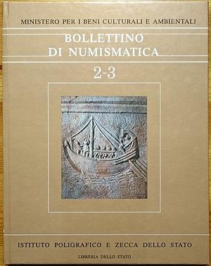 """obverse: AA. VV. – Bollettino di Numismatica 2-3, Serie I - 1984. Ministero per i Beni Culturali e Ambientali. Copertina rigida, 375pp., ill. B/N. Ottime condizioni  Contenuto: """"Il Gabinetto Numismatico del Museo Nazionale Romano di Roma"""" by F. Panvini Rosati; """"Il Tevere: archeologia e commercio"""" by C. Mocchegiani; """"Roma – Monete dal Tevere – L'imperatore Claudio I"""" by H.M. von Kaenel; """"Fonti per una storia della monetazione meridionale"""" by I. Ascione; """"Fonti per la storia della Zecca di Roma"""" by L. Londei.AA. VV. – Bollettino di Numismatica 2-3, Serie I - 1984. Ministero per i Beni Culturali e Ambientali. Copertina rigida, 375pp., ill. B/N. Ottime condizioni  Contenuto: """"Il Gabinetto Numismatico del Museo Nazionale Romano di Roma"""" by F. Panvini Rosati; """"Il Tevere: archeologia e commercio"""" by C. Mocchegiani; """"Roma – Monete dal Tevere – L'imperatore Claudio I"""" by H.M. von Kaenel; """"Fonti per una storia della monetazione meridionale"""" by I. Ascione; """"Fonti per la storia della Zecca di Roma"""" by L. Londei.AA. VV. – Bollettino di Numismatica 2-3, Serie I - 1984. Ministero per i Beni Culturali e Ambientali. Copertina rigida, 375pp., ill. B/N. Ottime condizioni  Contenuto: """"Il Gabinetto Numismatico del Museo Nazionale Romano di Roma"""" by F. Panvini Rosati; """"Il Tevere: archeologia e commercio"""" by C. Mocchegiani; """"Roma – Monete dal Tevere – L'imperatore Claudio I"""" by H.M. von Kaenel; """"Fonti per una storia della monetazione meridionale"""" by I. Ascione; """"Fonti per la storia della Zecca di Roma"""" by L. Londei.AA. VV. – Bollettino di Numismatica 2-3, Serie I - 1984. Ministero per i Beni Culturali e Ambientali. Copertina rigida, 375pp., ill. B/N. Ottime condizioni  Contenuto: """"Il Gabinetto Numismatico del Museo Nazionale Romano di Roma"""" by F. Panvini Rosati; """"Il Tevere: archeologia e commercio"""" by C. Mocchegiani; """"Roma – Monete dal Tevere – L'imperatore Claudio I"""" by H.M. von Kaenel; """"Fonti per una storia della monetazione meridionale"""" by I. Ascione; """"Fonti per la storia della Zecca d"""