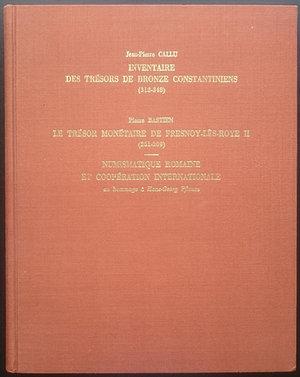 obverse: Callu J.-P., Inventaire des trésors de bronze constantiniens (313-348). Bastien P., Le Trésor monétaire de Fresnoy-lès-Roye II (261-309). Numismatique romaine et coopération internationale: Hommage à Hans-Georg Pflaum. Wetteren 1981. Copertina rigida, 140pp., ill. B/N, 16 tavole B/N. Ottime condizioni
