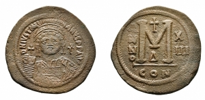 D/ GIUSTINIANO I (527-565), Costantinopoli. AE Follis (39 mm. - 22,68 gr.). D.\: D N IVSTINIANVS P P AVG.Helmeted and cuirassed bust facing, holding globus cruciger and shield decorated with horseman motif; cross to right. R.\: Large M; A/N/N/O - X/ III across field; cross above,D below; CON. qBB.