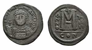 D/ GIUSTINIANO I (527-565), Costantinopoli. AE Follis (39 mm. - 22,11 gr.). Datato RY 14. D.\: D N IVSTINIANVS P P AVG.Helmeted and cuirassed bust facing, holding globus cruciger and shield decorated with horseman motif; cross to right. R.\: Large M; A/N/N/O - X/ II/ II across field; cross above,? below; CON. qBB.