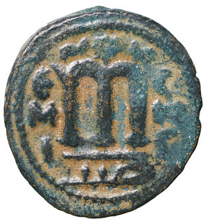 R/ Islamic. Arab-Byzantine, Umayyad Caliphate. Æ Fals. Hims (Emesa), circa AD 685-690. 3.70 gr. – 20.8 mm. O:\ Crowned imperial bust facing, holding globus cruciger; KAΛON downwards to left, wavy line to right of crown, bi-hims in Arabic and star to right. R:\ Large cursive M above exergual line; star flanked by two annulets above, EMI downwards to left, CIC downwards to right, tayyib in Arabic in exergue. SICA I 539-42; Goodwin 14 var. Rare. aXF