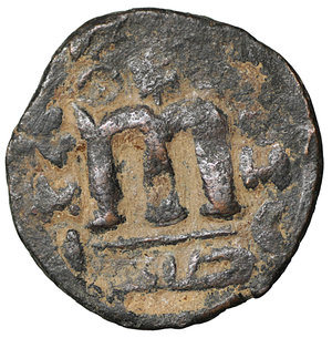 R/ Islamic. Arab-Byzantine, Umayyad Caliphate. Æ Fals. Hims (Emesa), circa AD 685-690. 3.70 gr. – 19,7 mm. O:\ Crowned imperial bust facing, holding globus cruciger; KAΛON downwards to left, wavy line to right of crown, bi-hims in Arabic and star to right. R:\ Large cursive M above exergual line; star flanked by two annulets above, EMI downwards to left, CIC downwards to right, tayyib in Arabic in exergue. SICA I 539-42; Goodwin 14 var. Rare. aXF
