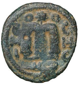R/ Islamic. Arab-Byzantine, Umayyad Caliphate. Æ Fals. Hims (Emesa), circa AD 685-690. 3.60 gr. – 19,2 mm. O:\ Crowned imperial bust facing, holding globus cruciger; KAΛON downwards to left, wavy line to right of crown, bi-hims in Arabic and star to right. R:\ Large cursive M above exergual line; star flanked by two annulets above, EMI downwards to left, CIC downwards to right, tayyib in Arabic in exergue. SICA I 539-42; Goodwin 14 var. Rare. aXF