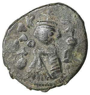 D/ Islamic. Arab-Byzantine, Umayyad Caliphate. Æ Fals. Hims (Emesa), circa AD 685-690. 4.75 gr. – 20,9 mm. O:\ Crowned imperial bust facing, holding globus cruciger; KAΛON downwards to left, wavy line to right of crown, bi-hims in Arabic and star to right. R:\ Large cursive M above exergual line; star flanked by two annulets above, EMI downwards to left, CIC downwards to right, tayyib in Arabic in exergue. SICA I 539-42; Goodwin 14 var. Rare. aXF