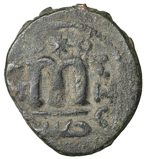 R/ Islamic. Arab-Byzantine, Umayyad Caliphate. Æ Fals. Hims (Emesa), circa AD 685-690. 4.75 gr. – 20,9 mm. O:\ Crowned imperial bust facing, holding globus cruciger; KAΛON downwards to left, wavy line to right of crown, bi-hims in Arabic and star to right. R:\ Large cursive M above exergual line; star flanked by two annulets above, EMI downwards to left, CIC downwards to right, tayyib in Arabic in exergue. SICA I 539-42; Goodwin 14 var. Rare. aXF