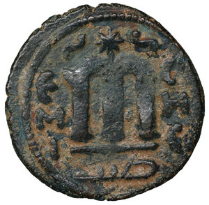 R/ Islamic. Arab-Byzantine, Umayyad Caliphate. Æ Fals. Hims (Emesa), circa AD 685-690. 4.75 gr. – 22,1 mm. O:\ Crowned imperial bust facing, holding globus cruciger; KAΛON downwards to left, wavy line to right of crown, bi-hims in Arabic and star to right. R:\ Large cursive M above exergual line; star flanked by two annulets above, EMI downwards to left, CIC downwards to right, tayyib in Arabic in exergue. SICA I 539-42; Goodwin 14 var. Rare. aXF