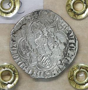R/ PAVIA. Galeazzo II Visconti (1359-1378). Grosso da un soldo e mezzo. 2.26 gr. – 24.0 mm. D:\ Cimiero con drago tra tizzoni e secchie. R:\ San Siro in trono con pastorale CNI 6/9 e 13/14; MIR 845/1. Raro. BB\SPL