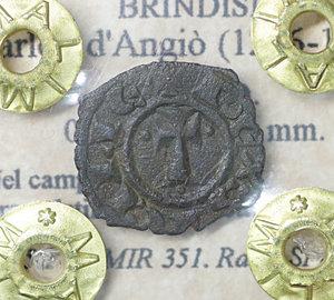 D/ Regno di Sicilia. BRINDISI. Carlo I d'Angiò (1266-1278). Denaro. 0.75 gr. – 14.3 mm. D:\ Nel campo tre gigli. R:\ Croce latina con globetti CNI 225/244; MIR 351. Rara. SPL