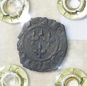 R/ Regno di Sicilia. BRINDISI. Carlo I d'Angiò (1266-1278). Denaro. 0.75 gr. – 14.3 mm. D:\ Nel campo tre gigli. R:\ Croce latina con globetti CNI 225/244; MIR 351. Rara. SPL