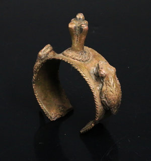 D/ BENIN. Ceremonial Bronze Bracelet decorated with animal figures. 1850/1900 AD. 290 gr. - 10x10x3,5 Extremely fine.