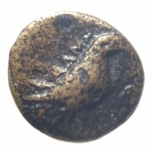 obverse: Mondo Greco. Aeolis. Kyme. c. 350-250 a.C. Ae. D/ Aquila stante a destra. R/ K-Y coppa. BMC 16-20; SNG von Aulock 1625; SNG Newcastle SNGuk_1301_0449. Peso 1,00 gr. BB.