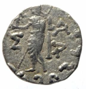 reverse: Mondo Greco. Baktria. Azes II. 35 - 5 a.C. Dracma. Taxila. D\ il Re a cavallo. R/ Zeus con scettro. Mitch. 829a. Peso 2,25 gr. Diametro 17,00 mm. BB.