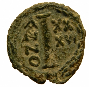 reverse: Bizantini. Giustiniano. 527-565 d.C. Decanummo. Ravenna . D/ DN IVSTINIANVS PP AVG Busto frontale . R/ Grande I ANNO XXXVI in corona d  alloro. Peso 3,40 gr. Diametro 16,50 mm. BB+. Patina verde. R.=
