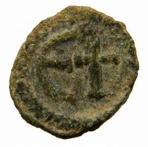 reverse: Bizantini. Giustiniano I. 527-565 d.C. Pentanummo.Roma. AE. D/ DN IVSTINIANVS PP AVG, Busto verso destra. R/ Grande E e croce in corona d  alloro. Sear 309\b. Peso 2,25 gr. Diametro 15,26 mm. BB+.RR