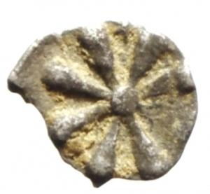 obverse: Mondo Greco. Aeolis. Kyme. ca 480-450 a.C.Emiobolo. Ag. D/ Testa di montone. R/ Astro. SNG Copenhagen -; SNG Cop.34. Peso gr. 0.25. Diametro mm. 6,4. BB+.