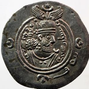 obverse: Mondo Greco. Oriente Antico. Regno Sassanide. Khosrow II. 590-628 d.C. Dracma. Ag. D/ Busto a destra. R/ Il Re e un sacerdote ai lati di colonna sacra. Cfr. Gobl II/3, 212. Peso gr. 4.1. Bel qSPL.w