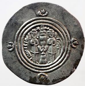 reverse: Mondo Greco. Oriente Antico. Regno Sassanide. Khosrow II. 590-628 d.C. Dracma. Ag. D/ Busto a destra. R/ Il Re e un sacerdote ai lati di colonna sacra. Cfr. Gobl II/3, 212. Peso gr. 4.1. Bel qSPL.w