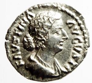 obverse: Impero Romano. Faustina figlia, moglie di moglie di Marco Aurelio, figlia di Antonino Pio e Faustina, deceduta nel 176 d.C. Denario, emesso da Marco Aurelio. Ag. D/ FAVSTINA AVGVSTA. Busto diademato e drappeggiato a destra. R/ IVNO. Iuno seduta a sinistra tiene patera e scettro. Ai suoi piedi pavone. RIC 689. Peso gr. 3.30. Diametro mm. 18.00. SPL.