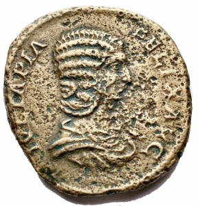 obverse: Impero Romano - Iulia Domna (Caracalla 198-217) Sestertius Rome 211-217 AD AE g 21. mm 30.3 x 30.8. d / IVLIA PIA FELIX AVG Draped bust with ds. r / MAT AVGG MAT SEN M PATR Giulia sitting towards the left. holds twig and scepter, in ex. S C. RIC 588; C 112. F-VF