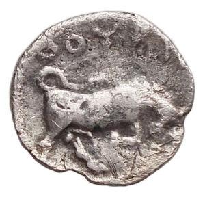 reverse: Mondo Greco - Lucania. Thurium.(IV sec. AC.). Diobolo.D/ Testa di Athena a destra, che indossa elmo decorato con mostro Scilla.R/ Toro cozzante a destra. AG. 0,78 gr.BB