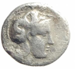 obverse: Mondo Greco. Lucania. Thurium. 380-281 a.C. Diobolo. Ar. D/ Testa elmata di Atena verso destra. R/ Toro che carica verso destra, sopra etnico. Peso 1,15 gr. Diametro 12,42 mm. qBB.