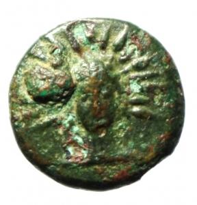 obverse: Mondo Greco. Lucania. Metaponto. 300-250 a.C. Ae 16. D/ Testa di Helios frontale con corona radiata. R/ Tre Spighe di grano a sinistra. Rutter n.1689. Peso 2,15 gr. Diametro 14,00 mm. BB+.§