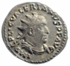 obverse: Impero Romano.Valeriano I. 253-260 d.C. Antoniniano. AG. D/ Busto radiato e corazzato a destra. R/ VICTORIA AVGG. La Vittoria, stante a sinistra, tiene scudo e ramo di palma. Peso gr. 3.5. Diametro mm 22,3. qFDC.