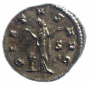 reverse: Impero Romano. Gallieno (253-268). Antoniniano, Mediolanum. D/ GALLIENVS AVG. Testa radiata a destra. R/ PIETAS AVG. Pietas stante di fronte con le braccia aperte. Ai suoi piedi a sinistra, altare. Nel campo a sinistra, S. RIC 507. MI. g. 2.83 mm. 20.00 .SPL.