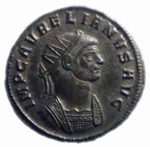 obverse: Impero Romano. Aureliano. 270-275 d.C. Antoniniano. AE. Siscia. D/ Busto radiato e corazzato a destra. R/ SOLI INVICTO. Il Sole stante a sinistra, alza il braccio destro e tiene un globo. Ai suoi piedi un prigioniero a sinistra . In esergo VI RIC - . Peso 3,00 gr. Diametro 21,00 mm. SPL+. RR.