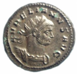 obverse: Impero Romano. Aureliano (270-275). Antoniniano, Mediolanum. D/ AVRELIANVS AVG. Busto radiato e corazzato a destra. R/ ORIENS AVG. Sole, stante di fronte con il capo a sinistra, tiene un globo. A sinistra ai suoi piedi, prigioniero seduto. In esergo: T. RIC 135. AE. g. 4,20 mm. 24.00 Piena argentatura. SPL+.