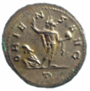 reverse: Impero Romano. Aureliano (270-275). Antoniniano, Mediolanum. D/ AVRELIANVS AVG. Busto radiato e corazzato a destra. R/ ORIENS AVG. Sole, stante di fronte con il capo a sinistra, tiene un globo. A sinistra ai suoi piedi, prigioniero seduto. In esergo: T. RIC 135. AE. g. 4,20 mm. 24.00 Piena argentatura. SPL+.
