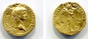 obverse: Claudio (41-54), Roma. Au Aureus (7,28 gr. – 19 mm.). D.\: TI CLAVD CAESAR [AVG) PM] TRP. IIII, laureate head right. R.\: PACI AVGVSTAE, Nemesis, winged advancing right holding caduceus in left hand on the ground snake. Cal 370; RIC 34; C. 62. Ex-ancient jewelry. BB+/qBB. RRR.