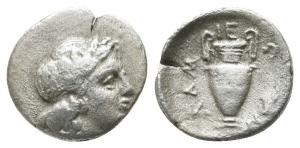 obverse: Thessalia, Lamia (400-375 a.C.). AR Obolo (10 mm. - 0,72 gr.). D.\: Testa di Dioniso a destra, con ghirlanda di edera. Rev. ΛΑΜΙΕΩΝ, anfora con manici alti. BCD Tessaglia 121. qBB. Rara!