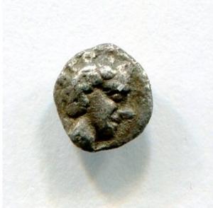 obverse: Ionia, MAGNESIA (450-400 a.C.). AR Obolus (6 mm. - 0,16 gr.). D.\: testa di Apollo. R.\: toro che carica a destra. BB. R2. Moneta piccolissima, splendida e molto affascinante. Decisamente migliore in mano!
